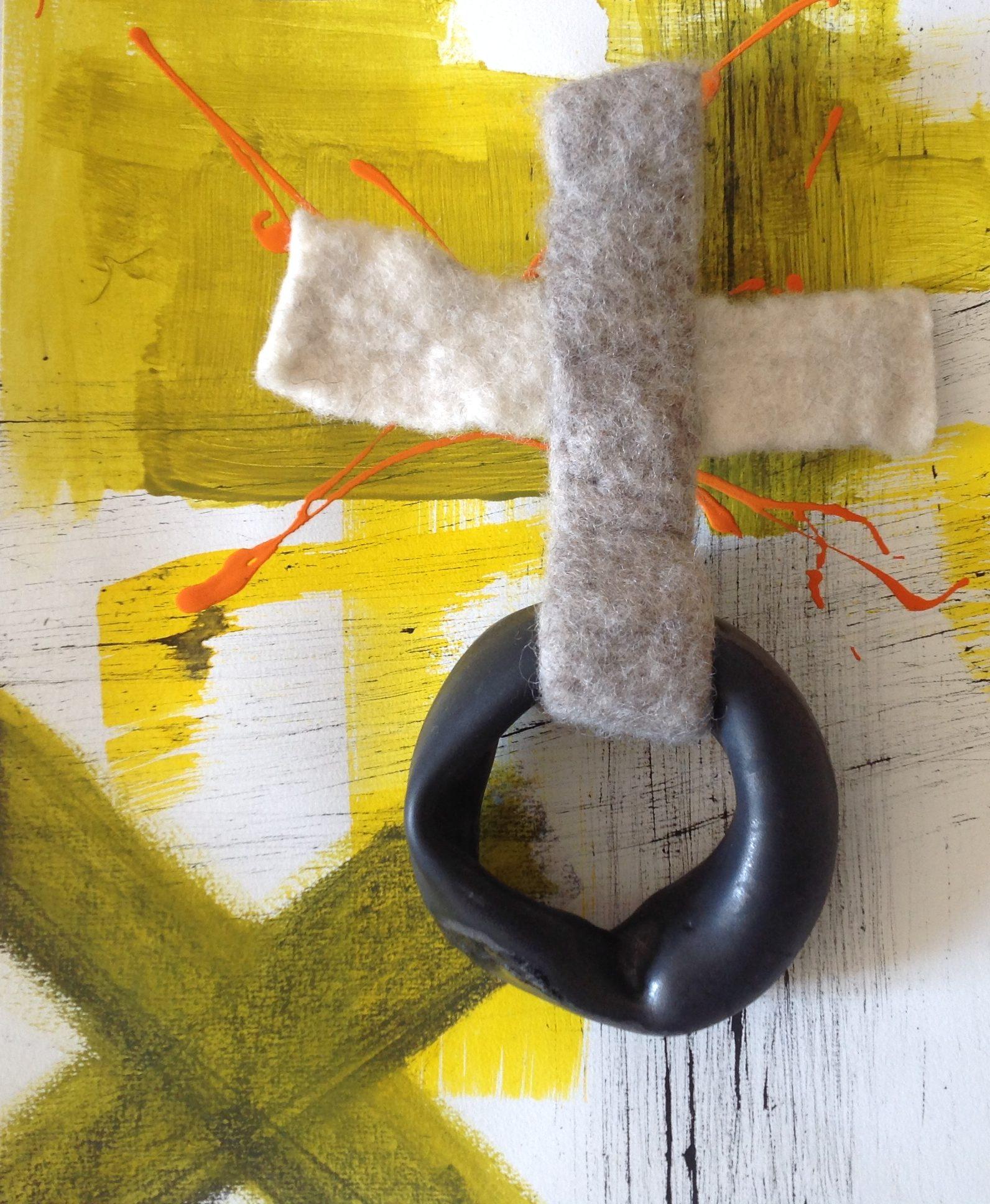 croix en feutre et porcelaine